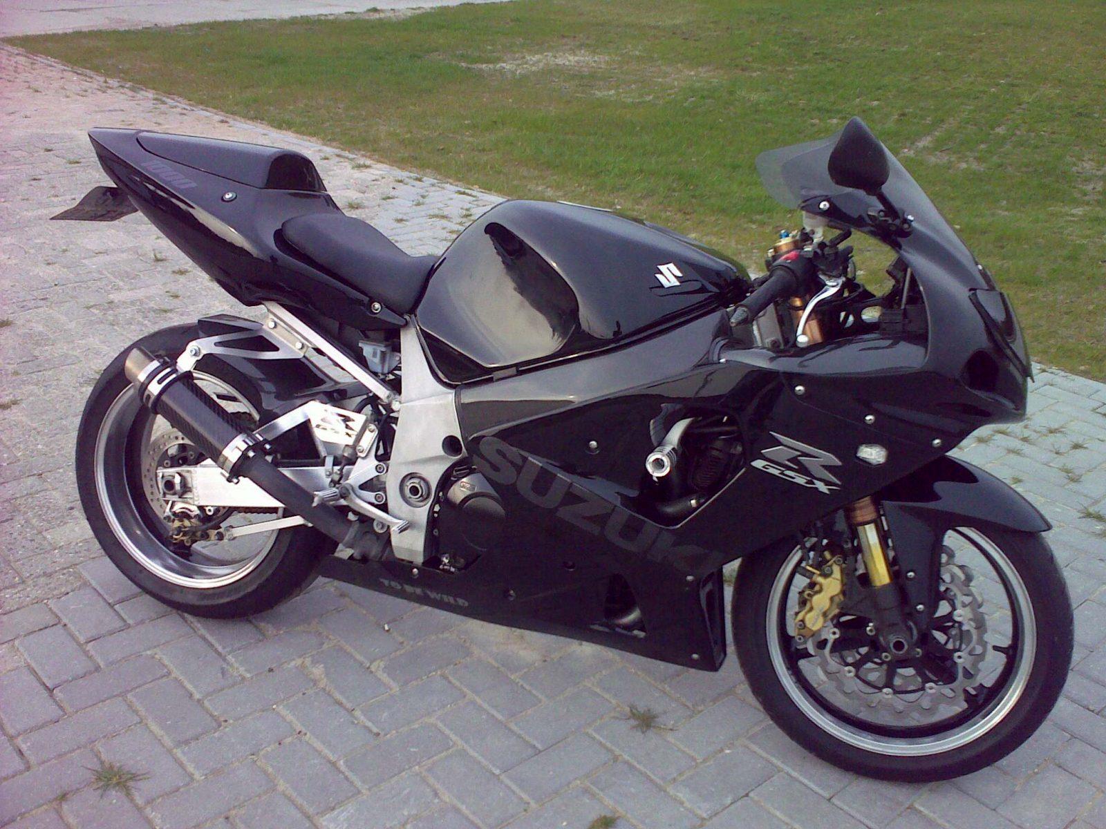 "Suzuki GSXR 1000 2001-2004<p>A16 Moto GP Carbon Exhaust with Titanium Type Slashcut Outlet</p><br><a href=""https://a16roadnracesupplies.co.uk/product/a16-suzuki-exhausts/"">Buy now!</a>"